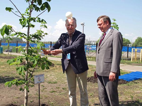 Helmut Hinrichs und Botschafter S. E. Ulrich Brandenburg schmücken den Partnerschaftsbaum Machatschkala-Hatten